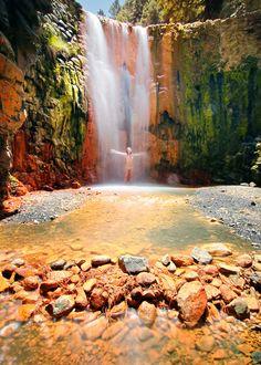 ¿Te imaginas lo que sería esa ducha fresquita en una de las 10 mejores cascadas de España?
