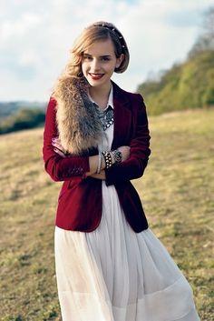 weißes Kleid und roter Blazer