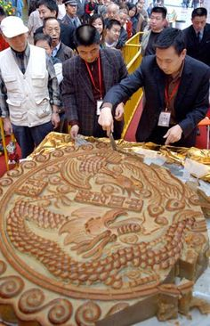 A gigantic #mooncake made to celebrate Mid Autumn Festival in Chengdu, China. It weighs 400kg! #midautumnfestival
