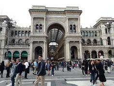 """Canlı şehir hayatının ve tarihin buluştuğu çok güzel bir yer Milano. Gitmeden """"Milano'da gezecek çok az yer var"""" gibi sözler duyabilirsiniz ama aldırış etmeyin. Çünkü turistik yer…"""