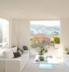 Ático Barcelona  •  TindasProjectInterioristas #diseñointerior #interiordesign #elegante #elegant #blancoynegro #blackandwhite #sofa #salón #livingroom #luz #ligth #vistas #views