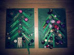 Thema kerst; boom van wasknijpers/ijsstokjes, knopen en pompoms