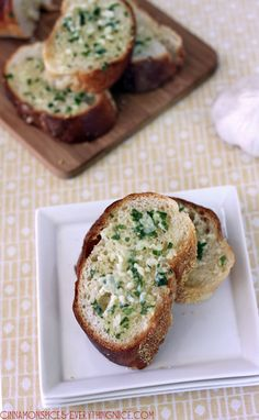 Homemade Garlic Italian Bread... With Garlic, Butter, Olive Oil and Parsley. Easy Recipe. Great with any pasta dinner. #Pasta Dinner #Side Dish