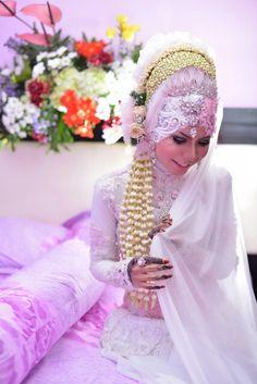Akad nikah. Hijab. Wedding dress. White wedding dress. Islamic marrige. Muslimah. Hijab wedding dress. Javanese traditional cloth (kebaya). Mahendi.
