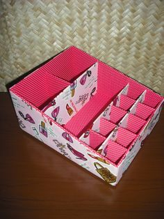 Porta Maquiagem - confeccionado em cartonagem e revestido com tecido 100% algodão,  Várias divisórias, ótimo para guardar toda maquiagem.  Várias opções de estampas.  Favor confirmar a disponibilidade dos tecidos. R$ 50,40 Diy Storage Drawers, Diy Storage Space, Diy Makeup Storage, Diy Corner Shelf, Craft Station, Make Up Organiser, Cute Room Decor, Cardboard Crafts, Diy Box
