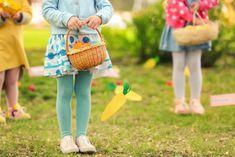 Immer mehr veranstalten eine ausgedehnte Eierjagd zu Ostern. Das merkwürdigste an der Eiersuche ist vermutlich, dass nicht das Huhn, sondern der Hase die Eier versteckt! Eine Theorie besagt, dass der Osterhase als Figur auf einem Missverständnis beruht. In Deutschland backt man schon lange Gebildbrot in Form von Osterlämmern, irgendjemand fand aber, dass das Brot eher einem Hasen ähnelte – und der Osterhase war geboren! Luther, Straw Bag, Kindergarten, Lunch Box, Design, Yard Haunt, Lamb, Easter Bunny, Creative