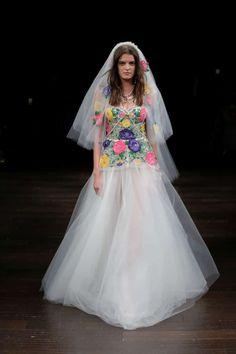 Vestido de novia con colores  Diseñador Naeem Khan 2018  Pasarela nupcial en Nueva York.   Bodas.com.mx  #weddingdress #runway #wedding