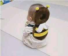 This Bee Shaped Baby Backpack Protects Babies Heads If They Fall Over Bienenförmiger Baby-Kopfschutz-Rucksack Unique Gifts (Visited 3 times, 1 visits today) So Cute Baby, Baby Kind, Cute Kids, Cute Babies, Funny Babies, Baby Kostüm, Baby Set, Baby Play, Baby Rucksack