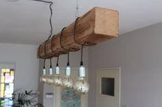 Maak je kamer gezellig met deze industriële houten hanglamp. De lamp heeft zijn stoere en warme uitstraling te danken aan het modern en lange, rechthoekige design met zichtbare fitting. De lamp is voorzien van een speciale wax behandeling waardoor hij een extra gave look creëert in uw huiskamer of boven de eettafel. Daarnaast is de lamp voorzien van een getextieleerd, bruin snoer. De lamp is bedoeld als hanglamp om aan het plafond te bevestigen. De zichtbare koperkleurige retro fitting in…