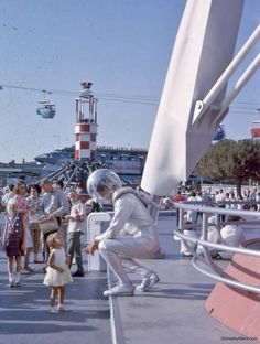 Disneyland Space Man greets a small Tomorrowland guest. Disneyland History, Disneyland Photos, Vintage Disneyland, Disneyland California, Retro Disney, Old Disney, Disney Love, Disney Magic, Disney Stuff