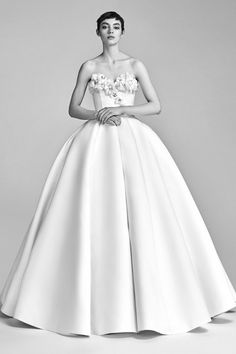 See the complete Viktor & Rolf Bridal Fall 2017 collection.