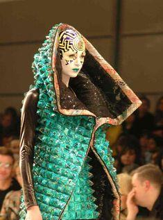 Manish Arora ha diseñado dos colecciones para Paco Rabanne, una de ellas especialmente popular porque despertó el interés de la cantante Lady Gaga, que lució tres de sus diseños en una gala de premios.