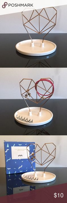 Coxet Wire Heart Ceramic Jewelry Holder A stunning, minimalistic jewelry holder!! Perfect for a side table, or closet!! Jewelry