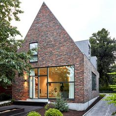 Modern gable roof house with brick facade - Roof brick - Roof cladding Gable House, Gable Roof, House Roof, Facade House, House Facades, House Exteriors, Facade Architecture, Residential Architecture, Modern Brick House