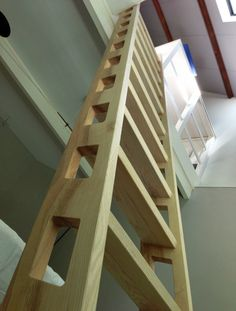 Ladder van essen hout. Permanente verbinding tussen slaapkamer en vliering   NEDERHOUT