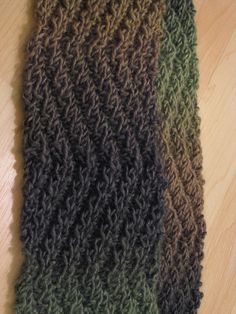 Ribbed scarf pattern by Musings of a Yarn Mom. Find the free scarf pattern here: link Baby Knitting Patterns, Knitting Designs, Knitting Yarn, Free Knitting, Crochet Patterns, Knitting Ideas, Knitting Projects, Zig Zag Pattern, Free Pattern
