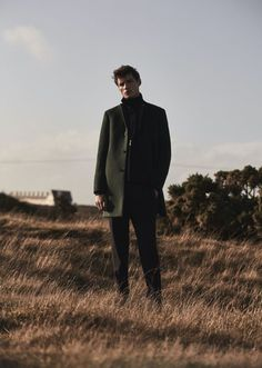 The face of Reiss' fall-winter 2019 campaign, model Adrien Sahores reunites with the brand for a striking editorial. The top model takes to Dungeness… Portrait Photography Men, Photo Portrait, Photography Poses For Men, Fashion Photography Inspiration, Editorial Photography, Photoshoot Mode, Men Street Look, Desert Fashion, Algarve