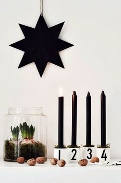 Minimalistic advent decoration with black candles and green moss. Christmas Feeling, Black Christmas, Noel Christmas, Scandinavian Christmas, Modern Christmas, Winter Christmas, Christmas Crafts, Christmas Candles, Office Christmas