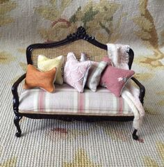 Sofa Seat Couch Lounge Divan Settee with Pillows 1:12 Dollhouse Miniature