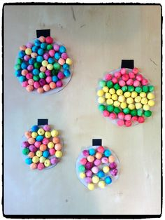 bricolages de noël, boules de noël avec des petites boules de cotillons, bricolage enfant