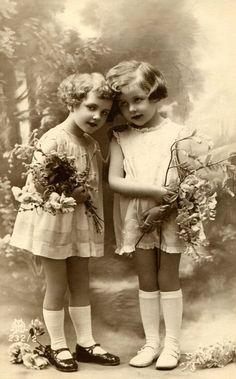 Design Free digital vintage stuff: Old photos of children girls friends Éphémères Vintage, Images Vintage, Vintage Ephemera, Vintage Girls, Vintage Pictures, Vintage Beauty, Old Pictures, Vintage Postcards, Vintage Prints