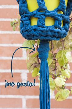 Hanging crochet pot with crochet. Tutorial maceta colgante de ganchillo a trapillo Crochet Fabric, Fabric Yarn, Crochet Home, Diy Crochet, Crochet Things, Crochet Bracelet, T Shirt Yarn, Bottle Crafts, Crochet Hearts