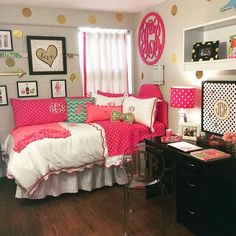 This pink dorm bedding creates such a cute dorm room! Hot Pink Bedrooms, Teen Girl Bedrooms, Big Girl Rooms, Teen Bedroom, Preppy Dorm Room, Decoration Gris, College Room, College Life, Dorm Life