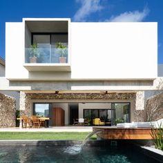 Image 2 of 31 from gallery of Venados 22 House / estudio AM arquitectos. Photograph by Santiago Heyser Modern Patio Design, Modern Exterior House Designs, Exterior Design, Cancun, Amazing Architecture, Architecture Design, Home Building Design, Container House Design, Architect House