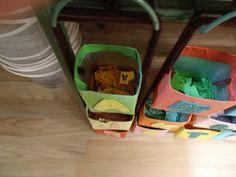 Abecedario. Las cajitas están elaboradas con cartones de leche, forrados con papeles de colores y por fuera llevan pegadas las letras en goma eva. Dentro hay muchas letras impresas en papel. Material muy bueno elaborado por mi compañera Ana, maestra de Educación Infantil de mi cole.