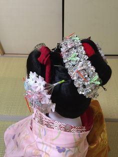http://shigemori.kyo2.jp/e470877.html The maiko Fukuhana wearing Gion Matsuri kanzashi. Her hairstyle is wareshinobu.