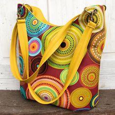 Tereza+-barevné+mandaly+no.2+prostorná+kabelka+pro+každodenní+použití+ušitá+z+krásně+žluté+poddajné+koženky+a+bavlněné+látky+s+motivem+oblíbených+mandal+na+koženkovém+díle+zipová+kapsa+ve+spodní+části+sklady+kabelka+má+uvnitř+bavlněnou+látku+uvnitř+jsou+dvě+různě+velké+kapsy+a+zipová+kapsa+třeba+na+klíče+kabelka+má+zapínání+na+zip+ucha+přes...