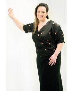 #Camisa #Cachequoer #PlusSize.  Falsa cachequoer em cetim bem fininho, estampado de flamingos.  Com mangas curtas.  Uma blusa que fica bem  tanto com um jeans quanto com uma calça social ou saia.  Marca VICKTTORIA VICK  Composição Têxtil  100%Poliester  #camisaflaminga #camisaplussize #tamanhogg #modagg #modaplussize