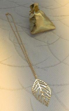 1a36ccb7be70 Collier pendentif feuille doré en acier inoxydable dans écrin cadeau
