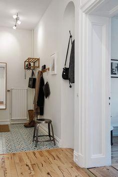 Risåsgatan 10 A, Linnéstaden Hall Flooring, Kitchen Flooring, Scandinavian Interior Design, Scandinavian Style, Decoration Hall, House Stairs, Entrance Hall, Tile Floor, Sweet Home