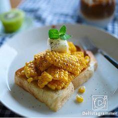 ouchigohan.jp 2017/08/21 12:10:09 【 #おうちごはん通信 】photo by @t_ammy 夏野菜の人気者、とっても甘〜いとうもろこし💁🌽💓茹でたり焼いたりが定番ですが、ちょっとひと手間加えて、贅沢朝ごパンはいかがですか🙌🎶 いつものトーストに、とうもろこしをたーっぷりトッピングするだけで、おしゃれなとうもろこしトーストの出来上がり👀✨ こちらはカルピスバターをのせて、シンプルに☝️こんがり焦げ目が美しい👏😍 旬のおいしさをこれでもかーーーっ✊️と味わえるとうもろこしアレンジ、たまりませんねぇ😋🌈🌽 他にも、とうもろこしトーストアレンジをたっぷりご紹介しています💡 . -------------------------- ★詳しくは @lin_stagrammer プロフィールURLから見てくださいね! 「甘さがぎゅっ。とうもろこしトーストで、旬をほおばる幸せあさごはん」 https://ouchi-gohan.jp/1002/ 「 #朝ごはん」カテゴリをチェック✨…