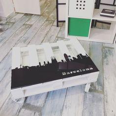 Mesa barcelona! 190€ palet de 90x60 en blanco con cristal de seguridad de 1cm y vinilo con diseño personalizado de la panorámica de Barcelona. #barcelona #sagradafamilia #arte #mueble #diseño #nuevo