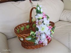 украшение пасхальных корзин - Поиск в Google Egg Crafts, Diy And Crafts, Easter Baskets, Gift Baskets, Basket Decoration, Flower Basket, Recycled Crafts, Recycling, Wraps