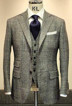 Costume suit supply gris, chemise blanche, cravate violette, pochette blanche, chaussure weston richelieu noires, lunettes Ray Ban Wayfarer noires, ceinture noire.