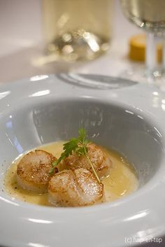 Scallops with Rueda white wine & citrus beurre blanc I Want Food, Love Food, Bbq Desserts, Coquille Saint Jacques, Food Porn, Great Appetizers, Fish Dishes, Aesthetic Food, Diy Food