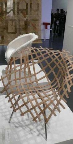 Metal e estruturas de madeira são esculpidas em formas orgânicas, leves e muito arejadas, tornando-se objetos de arte ou esculturas.