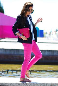 Si no quieres usar mucho color puedes combinar un jeans de color, fucsia en este caso con un top de color neutro, luciras radiante y elegante
