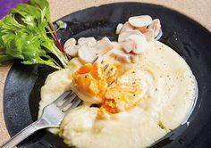 Purê de mandioca e queijo com gema de ovo branqueada