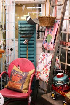 Monticello Antique Marketplace: Let's go Antiquing. Antique Store Displays, Antique Mall Booth, Antique Booth Ideas, Antique Stores, Vintage Booth Display, Craft Booth Displays, Display Ideas, Visual Merchandising, Flea Market Booth