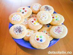 """Dette er en svært gammel, norsk oppskrift! """"Skolekjeks"""" er store, flate, myke og litt seige kaker, som er enkle og gode og dessuten billige å lage. Originaloppskriften sier at kjeksene bare skal drysses med sukker, men du får festligere kaker hvis du pynter dem med glasur og ulike typer kakestrøssel. Barnas favoritt! Oppskriften gir 40 stk. Biscuits, Doughnut, Cookies, Baking, Desserts, Food, Kitchens, Crack Crackers, Crack Crackers"""