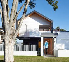 Suggested Colour Palette, White, Nacy Blue and Natural Timbers Australian architecture firm kahrtel, have designed the Nundah House for a family in Brisbane. Australian Architecture, Roof Architecture, Residential Architecture, Gate House, Facade House, House Roof, Style At Home, Modern House Design, Exterior Design