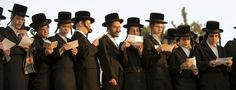 Ultra-Orthodoxe joodse mannen bidden bij de Ayarkon Rivier in de stad Ramat Gan nabij Tel Aviv, tijdens het Tashlich ritueel. Daarbij brengen gelovigen hun zonden in het water en de vissen. Dit gebeurt een dag voor Yom Kippur, ofwel Grote Verzoendag.