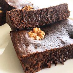 Muuuuy buen sábado a todos 💕 Arrancando con unos BROWNIES increíbles, amo esta receta.  Los que sobren se vienen en el auto conmigo porque me estoy yendo a Mar del Plata a visitar a mis cuñadas y sobrinitos ❤️🎉🙌🏻 🌟🌟🌟 BROWNIES HÚMEDOS SALUDABLES 🌟🌟🌟 ✔️Necesitas: 🍫 2 huevos 🍫1 taza de harina de avena 🍫 100 gs de chocolate semi amargo derretido 🍫 1 cda de cacao amargo en polvo 🍫 2 cdas de leche vegetal o de vaca 🍫 2 cdas soperas de queso crema descremado 🍫 2 cdas tipo te de…