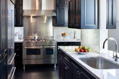 Suzie: Thompson Suskind - Amazing kitchen with glossy black kitchen cabinets, white carrara ...