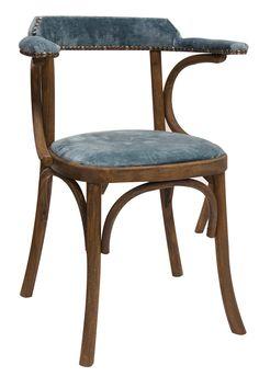 """Imagen de las sillas """"William"""" tapizadas en terciopelo azul."""
