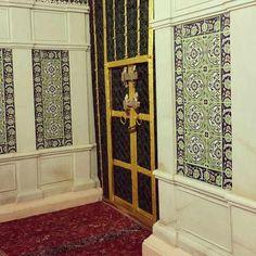باب السيدة فاطمة الوحيد الذي يفتح من المقصورة ويؤدي إلى ستارة الحجرة ولايمكن رؤية القبر النبوي والصور التي تنسب إليه لاتصح
